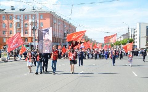 Рязанские комсомольцы и коммунисты в праздничном шествии показали горожанам истинные символы Великой Победы