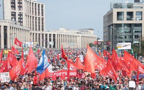 В Москве митинг против пенсионной реформы собрал около 100 тысяч человек