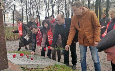 Коммунисты и комсомольцы Рязани возложили цветы к обелиску Героям гражданской войны
