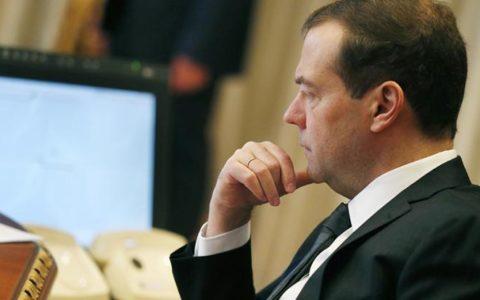 Дмитрий Медведев запретил интернету себя ругать