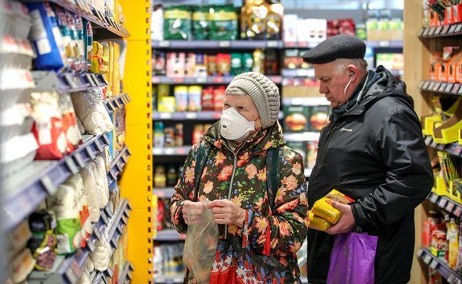 Августовская прибавка к пенсии: Работающим старикам подкинули 2 кило яблок