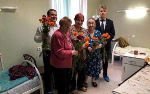 Комсомольцы поздравили пациентов госпиталя МВД с Днём пожилого человека