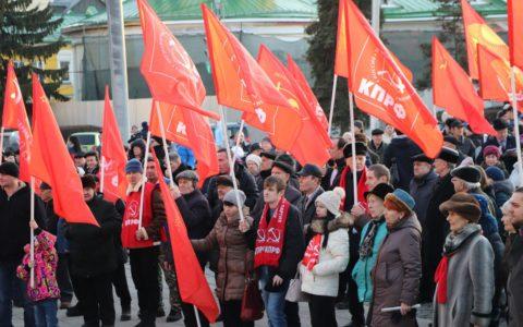 Комсомольцы приняли участие в митинге, приуроченном к 102-й годовщине создания РККА и ВМФ
