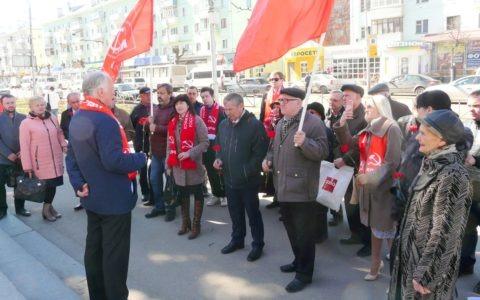 Рязанские комсомольцы приняли участие в возложении цветов к памятнику К.Э. Циолковскому