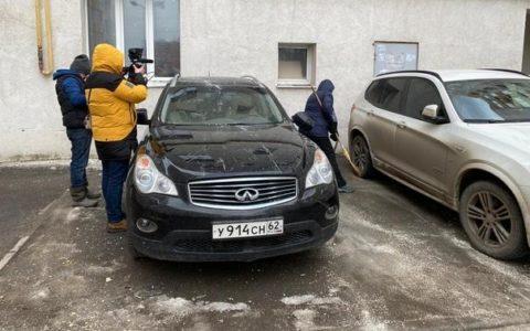 В Рязани кусок обшивки стены упал на машины
