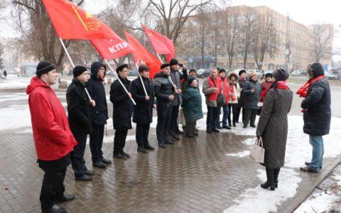 Комсомольцы Железнодорожного района возложили цветы вождю мирового пролетариата
